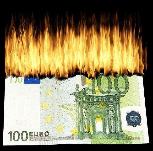 volantinaggio bruciare soldi
